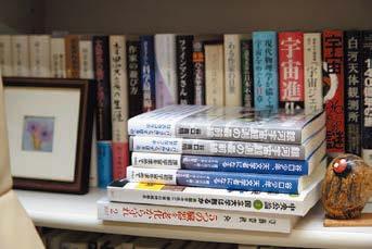 谷口義明教授の研究室内の書棚には天文学書や教授の著作が多数。
